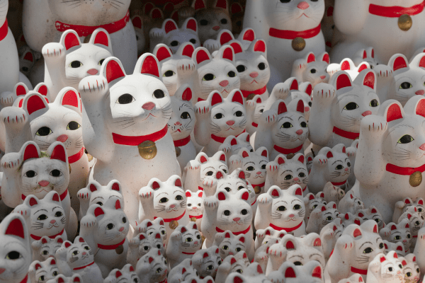 japanese cat statues in tokyo
